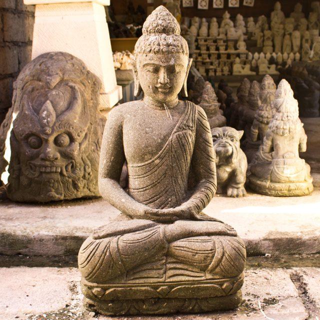 Escultura de buda en piedra